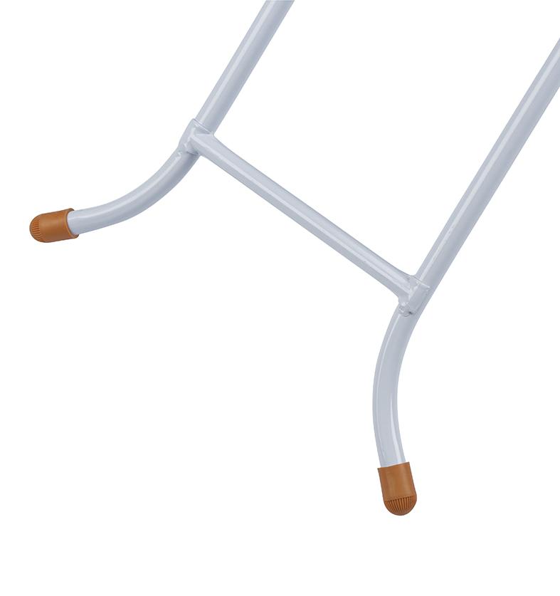 Pernas mais abertas dão uma maior estabilidade e firmeza para a mesa de passar.