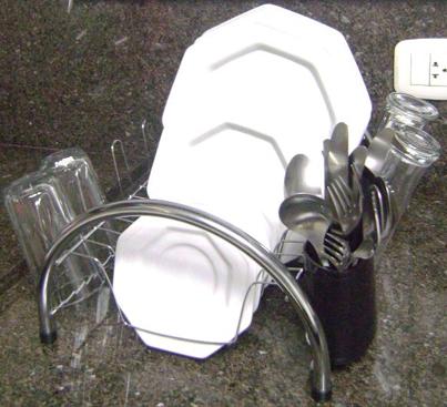 Acomoda diversos tipos e tamanhos de pratos, quadrados e redondos de até 35 cm de diâmetro.