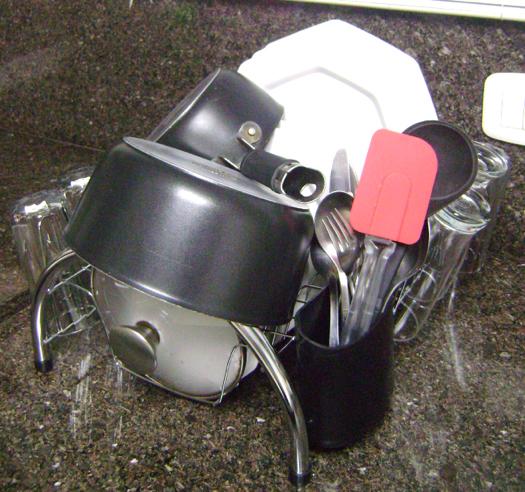 Acomoda muita louça (pratos, talheres, copos, panelas, potes e etc)